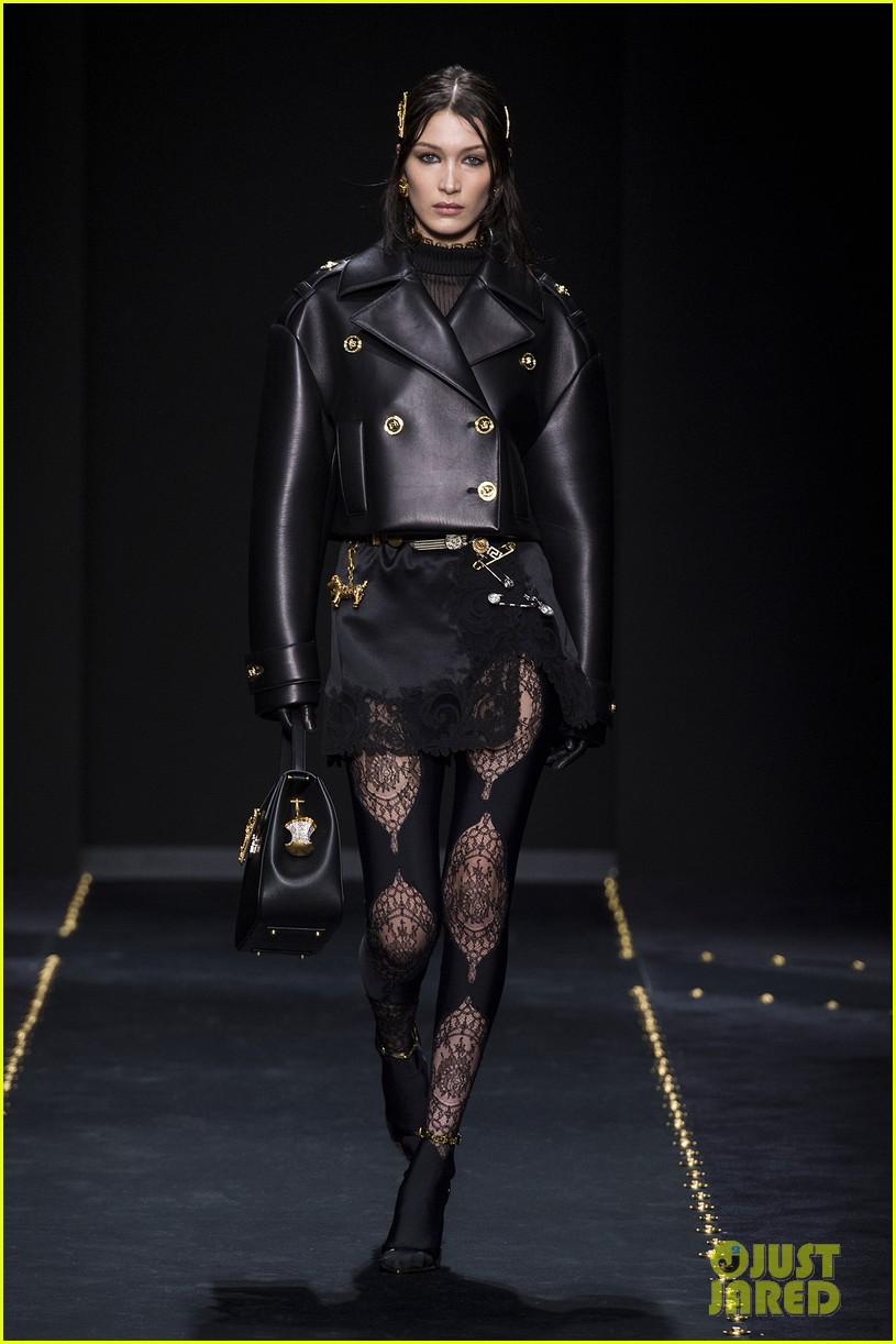 versace fashion show milan 104243268