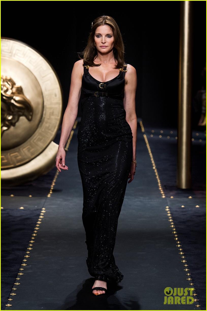 versace fashion show milan 124243270