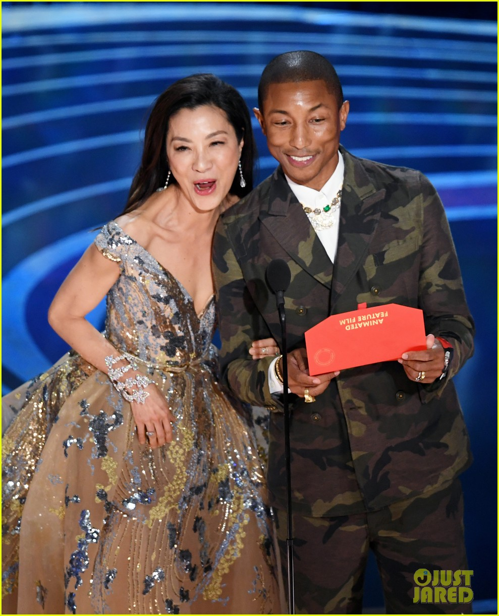 pharrell williams takes the stage in camo print at oscars 2019 054245886