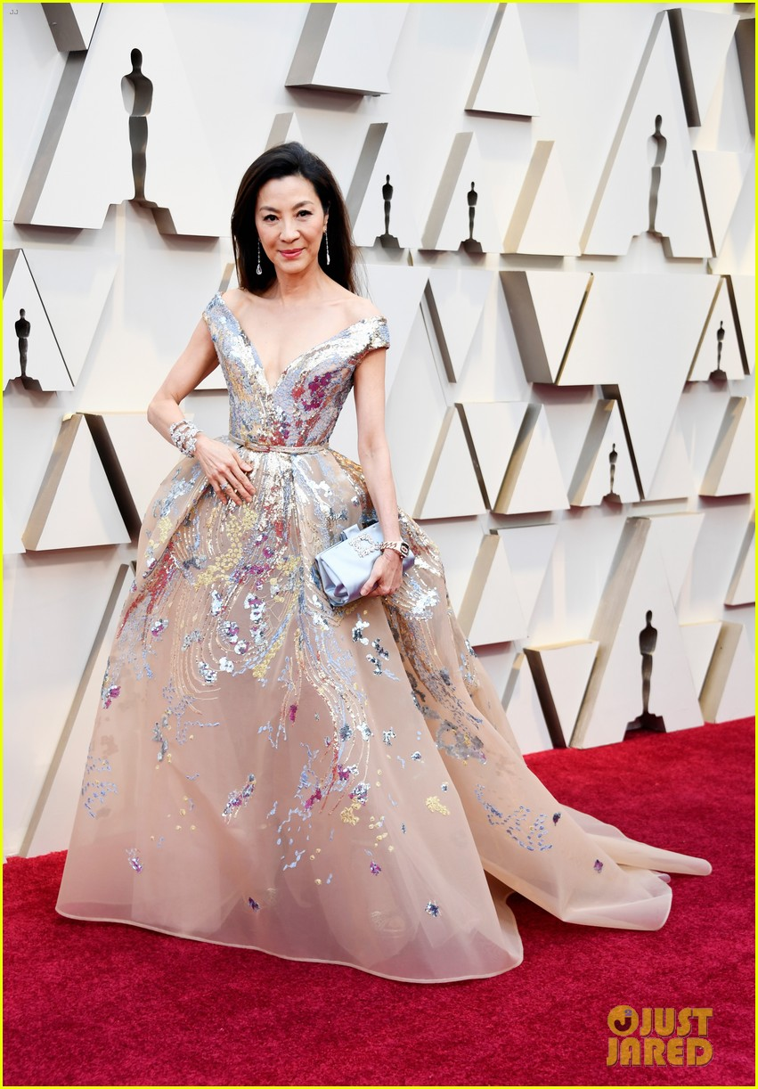 michelle yeoh awkwafina oscars red carpet 054244933