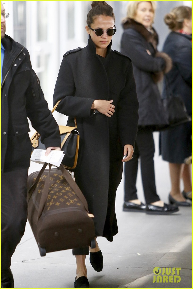 Alicia Vikander Arrives In Nyc After Attending Paris Fashion Week Photo 4252770 Alicia Vikander Pictures Just Jared