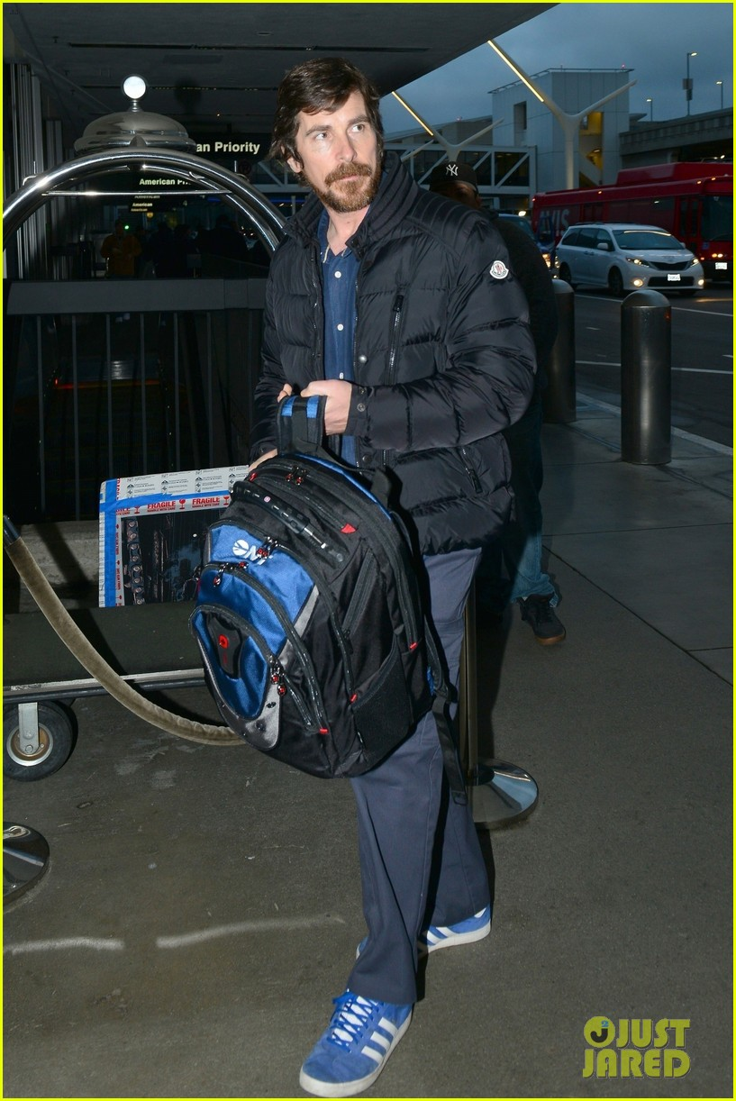 christian bale catches early morning flight out of lax 01