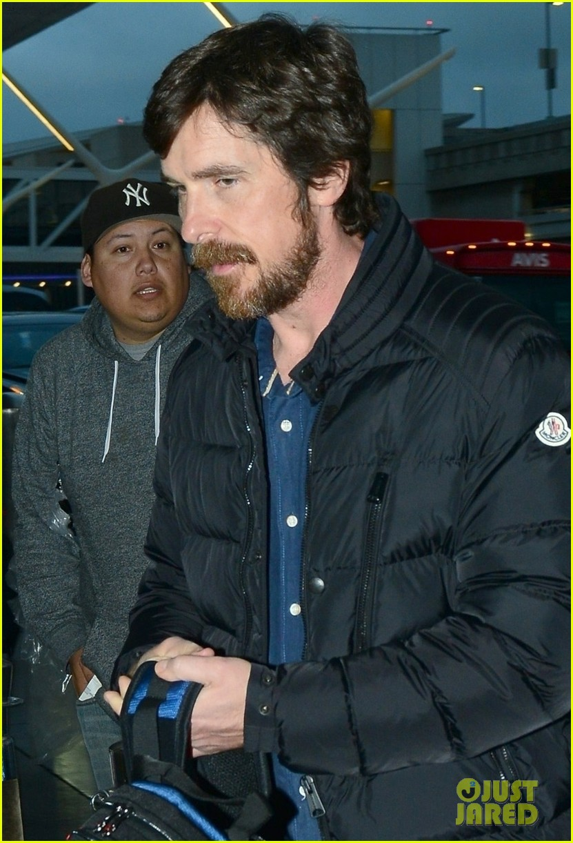 christian bale catches early morning flight out of lax 02