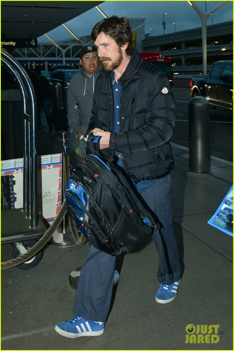 christian bale catches early morning flight out of lax 03