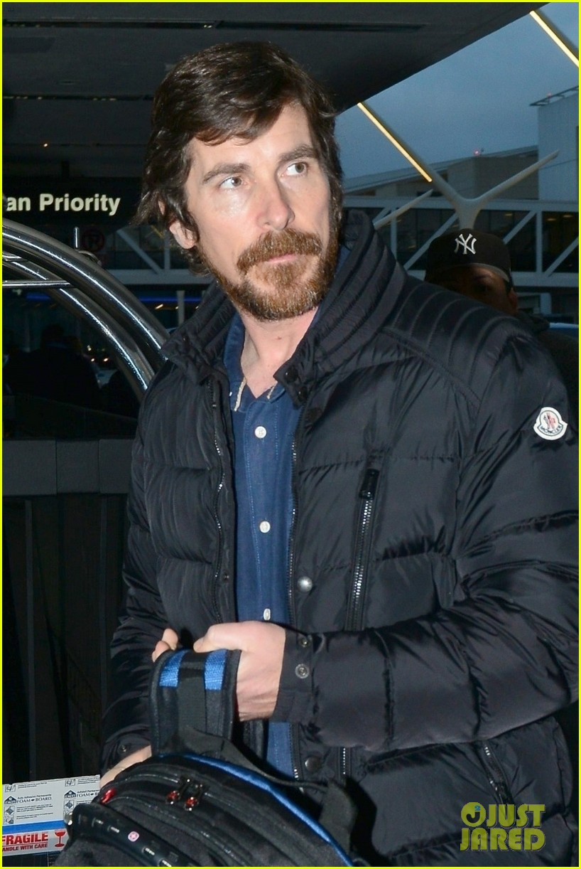 christian bale catches early morning flight out of lax 04