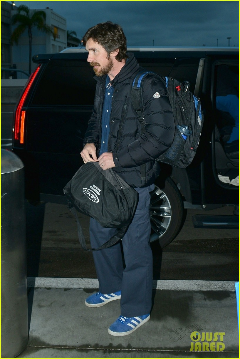 christian bale catches early morning flight out of lax 05