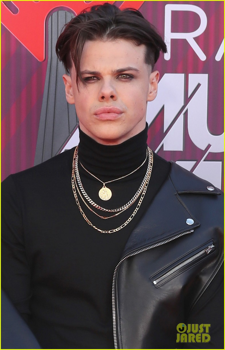 halsey  u0026 boyfriend yungblud walk the red carpet separately
