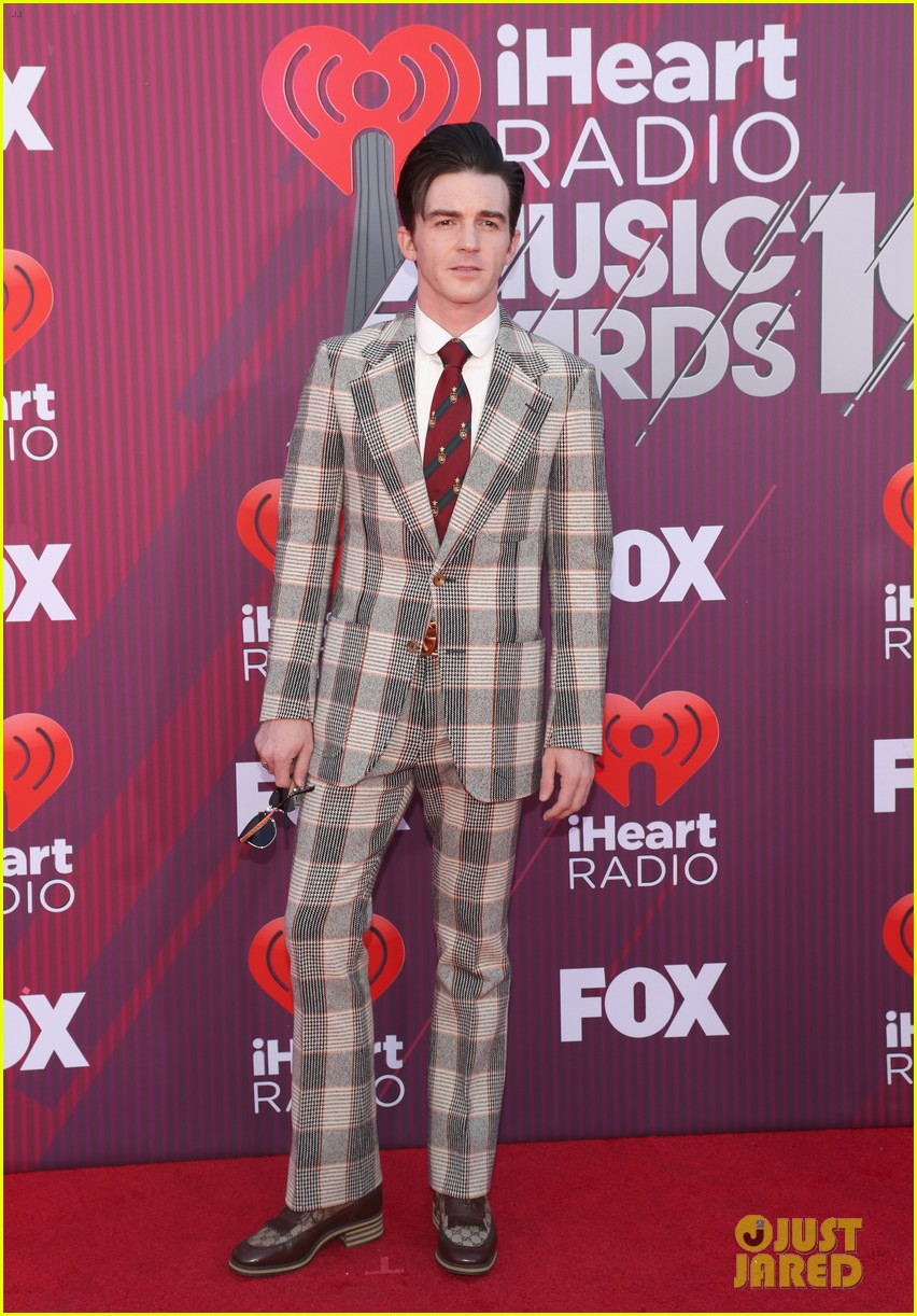 drake bell plaid suit iheartradio music awards 01