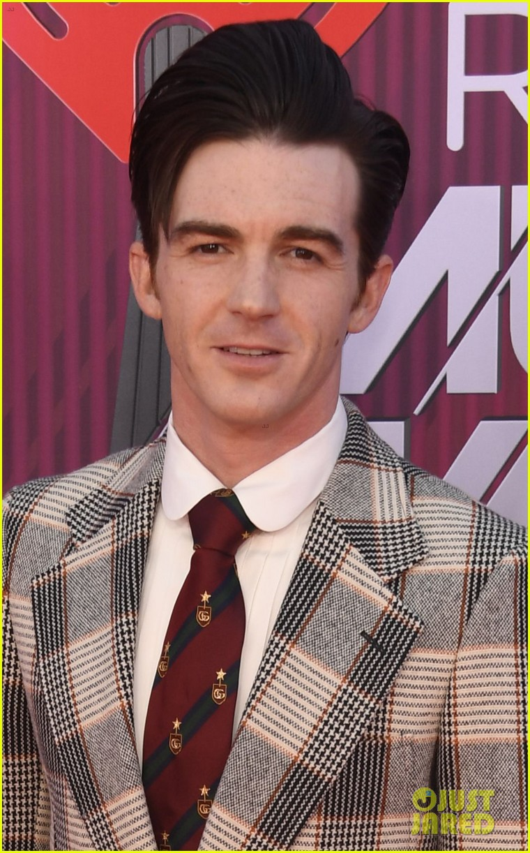 drake bell plaid suit iheartradio music awards 02