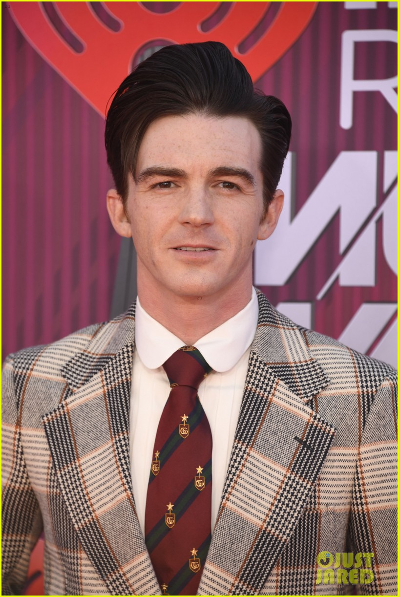 drake bell plaid suit iheartradio music awards 04