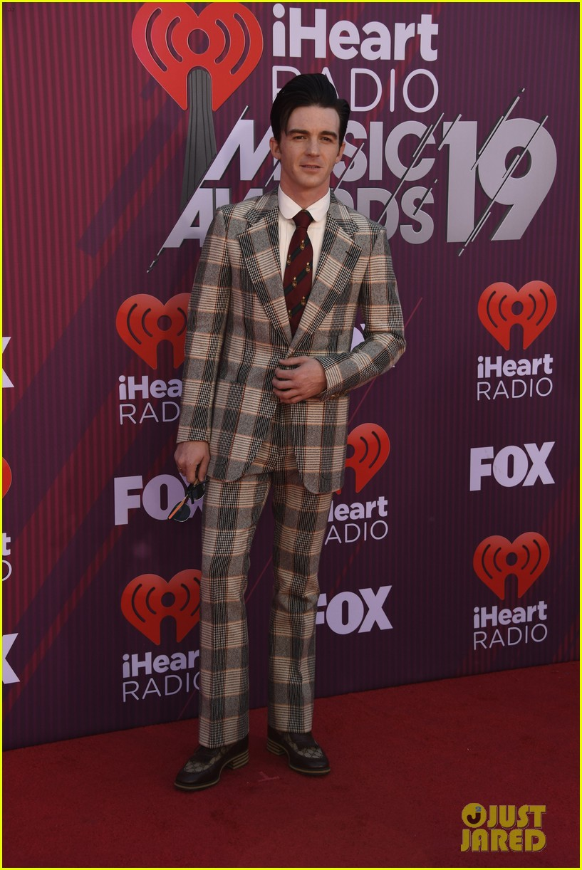 drake bell plaid suit iheartradio music awards 06