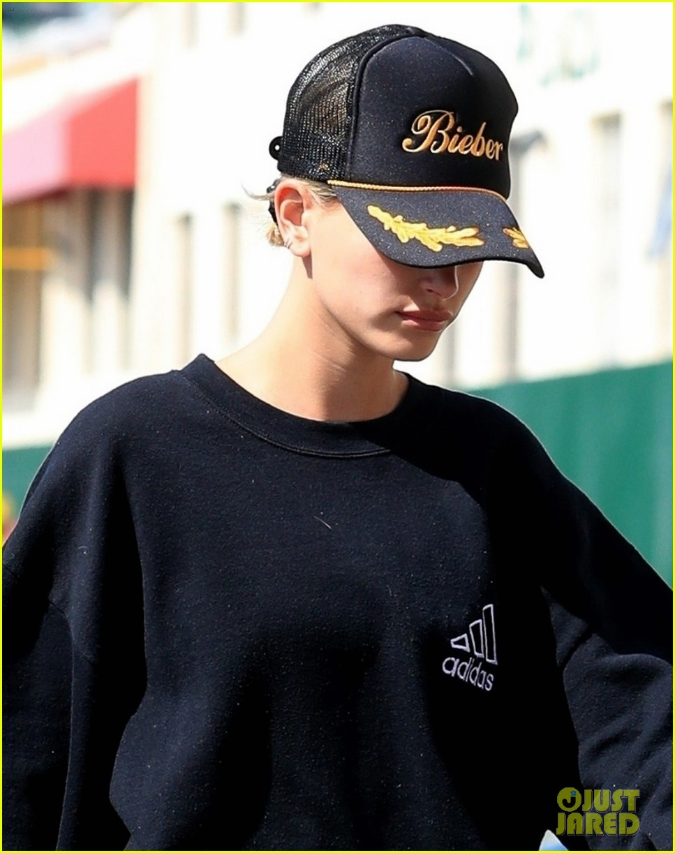 hailey bieber wears justins last name on her hat at pilates 06