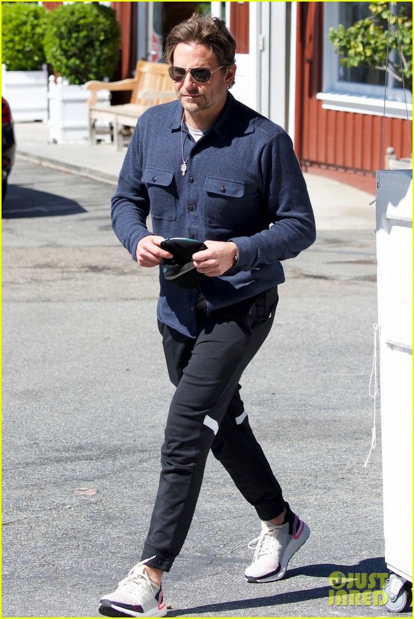 bradley cooper joins a friend for lunch 034257636