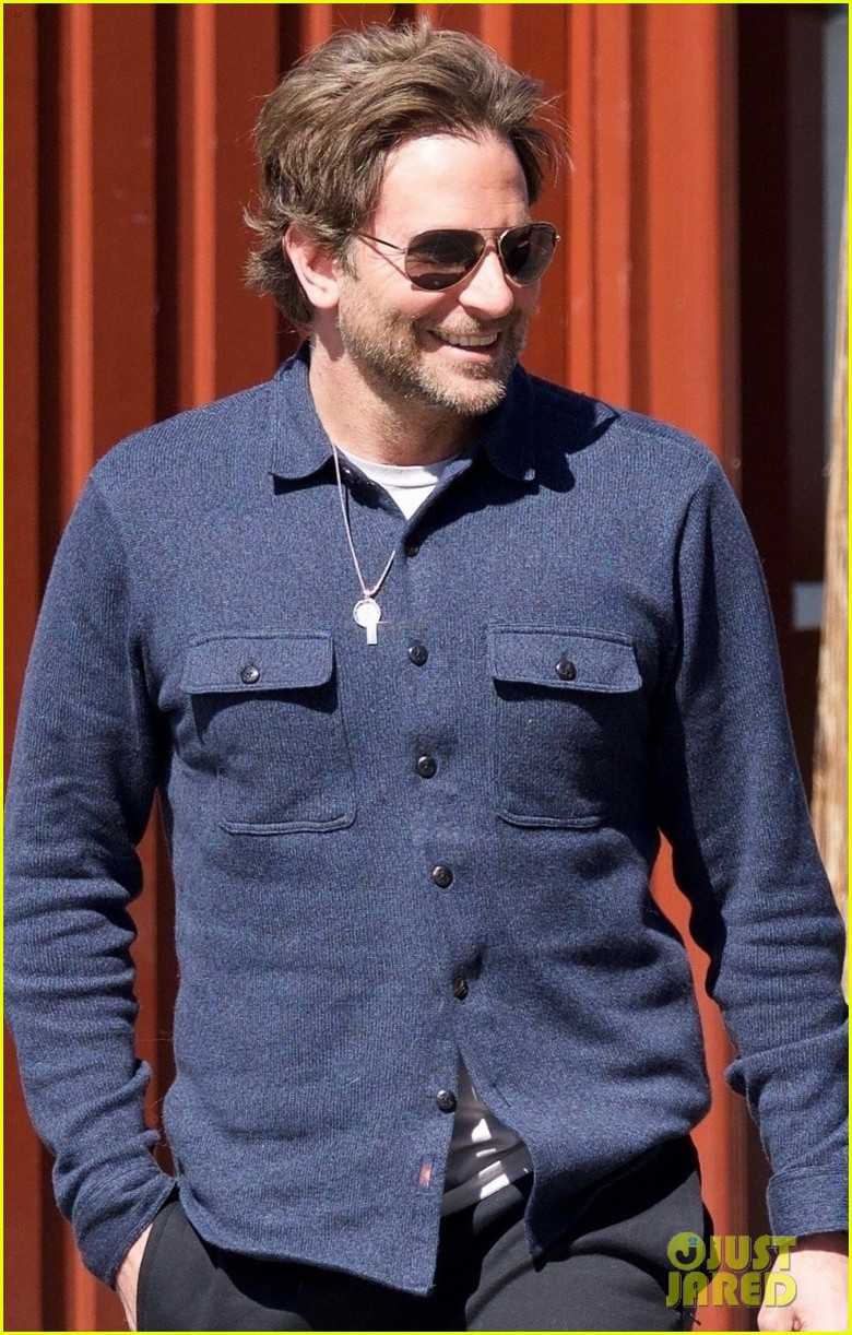 bradley cooper joins a friend for lunch 044257637