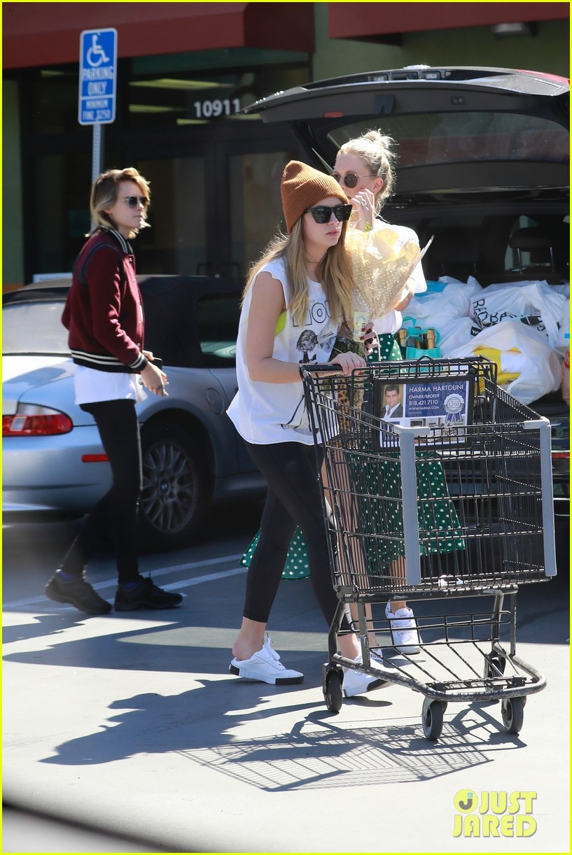 cara delevingne ashley benson run errands 09
