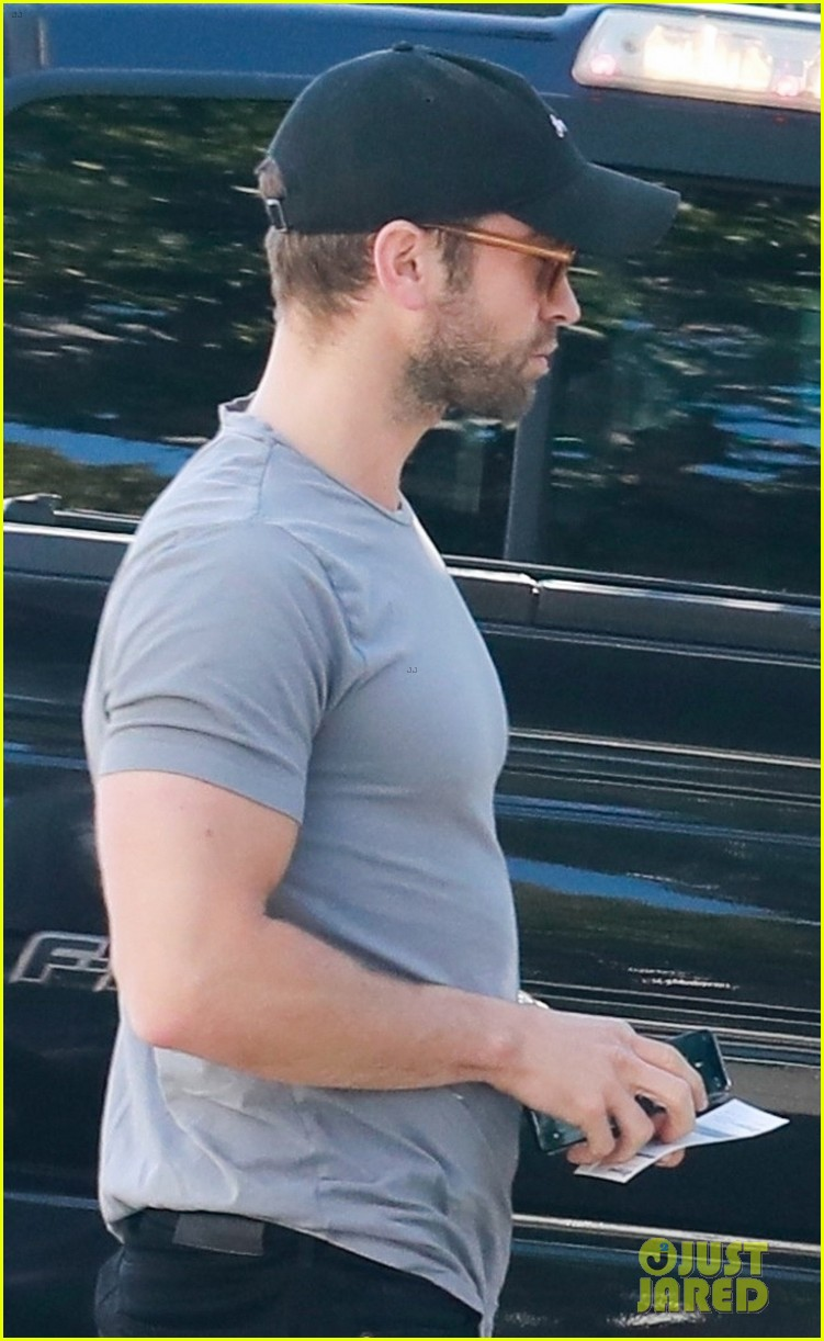 chace crawford flaunts biceps while out to lunch 024258125