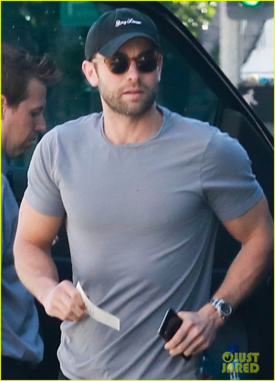 chace crawford flaunts biceps while out to lunch 044258127