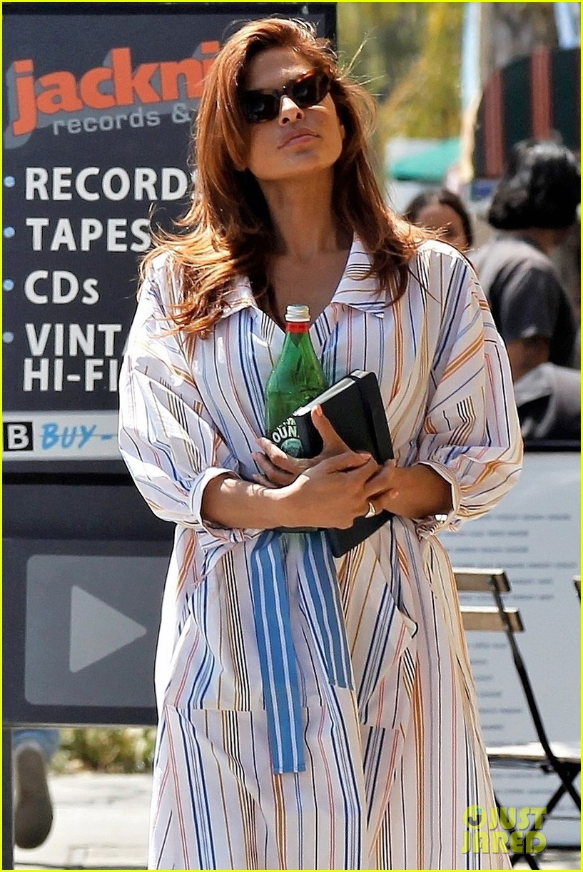 eva mendes stops by a bookstore 024262810