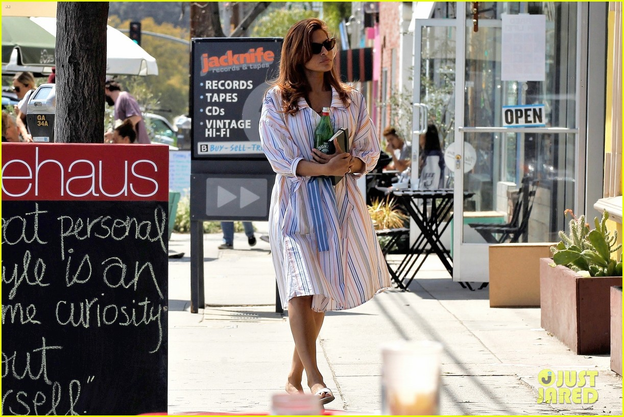 eva mendes stops by a bookstore 034262811