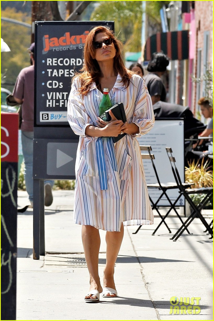 eva mendes stops by a bookstore 054262813