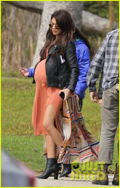 sarah hyland sports huge baby bump on modern family set 014252899