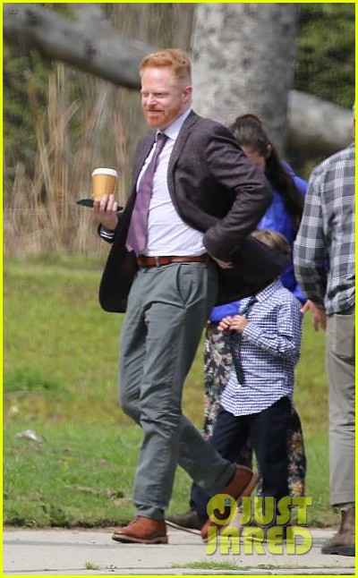 sarah hyland sports huge baby bump on modern family set 044252902