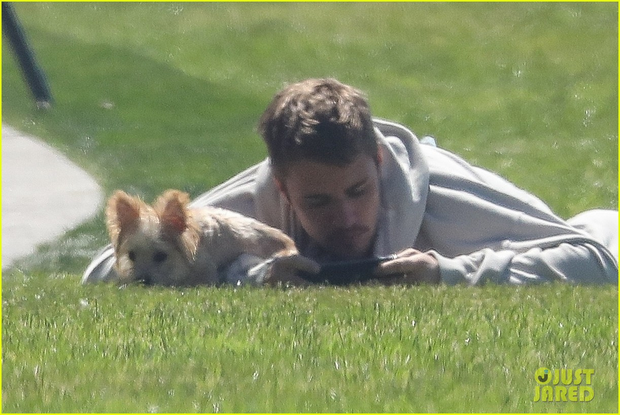 justin bieber brings adorable pup oscar to the park 014261825
