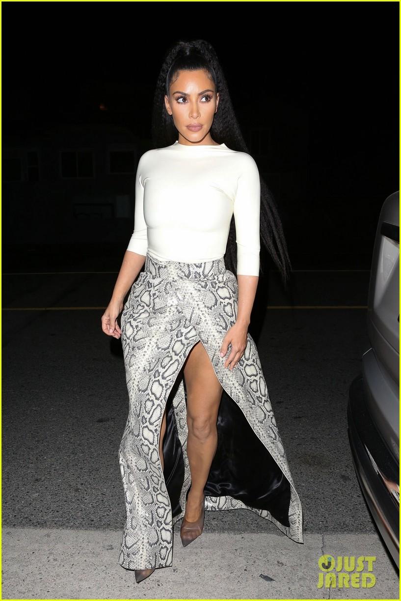 kim kardashian khloe kardashian kourtney kardashian kylie jenner dinner 01