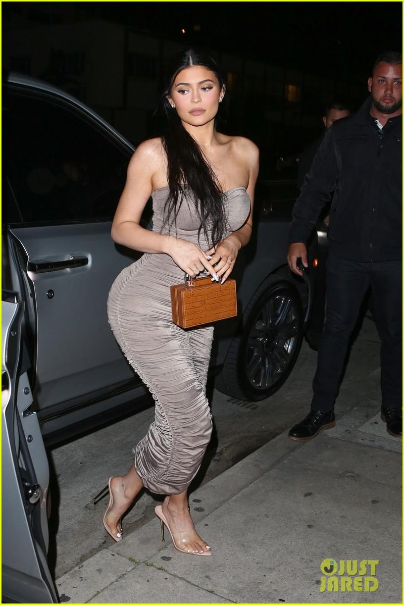 kim kardashian khloe kardashian kourtney kardashian kylie jenner dinner 03