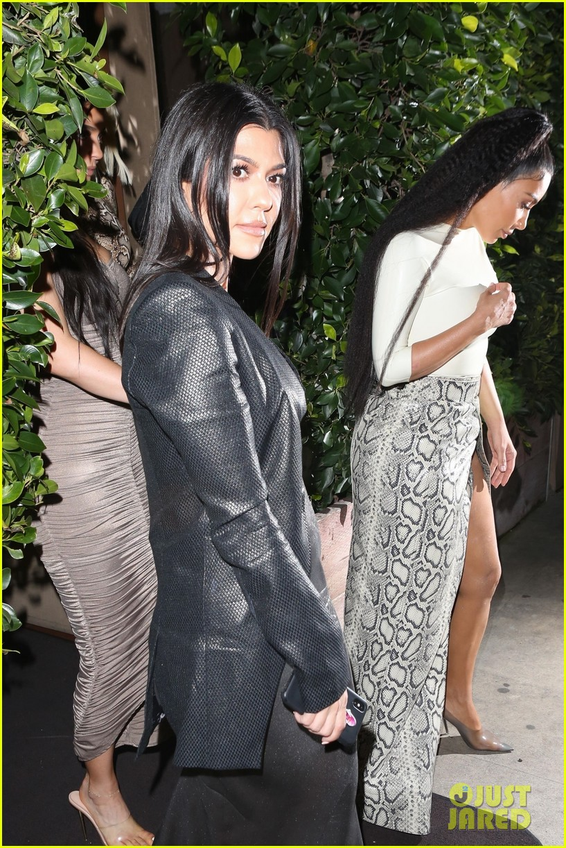 kim kardashian khloe kardashian kourtney kardashian kylie jenner dinner 08