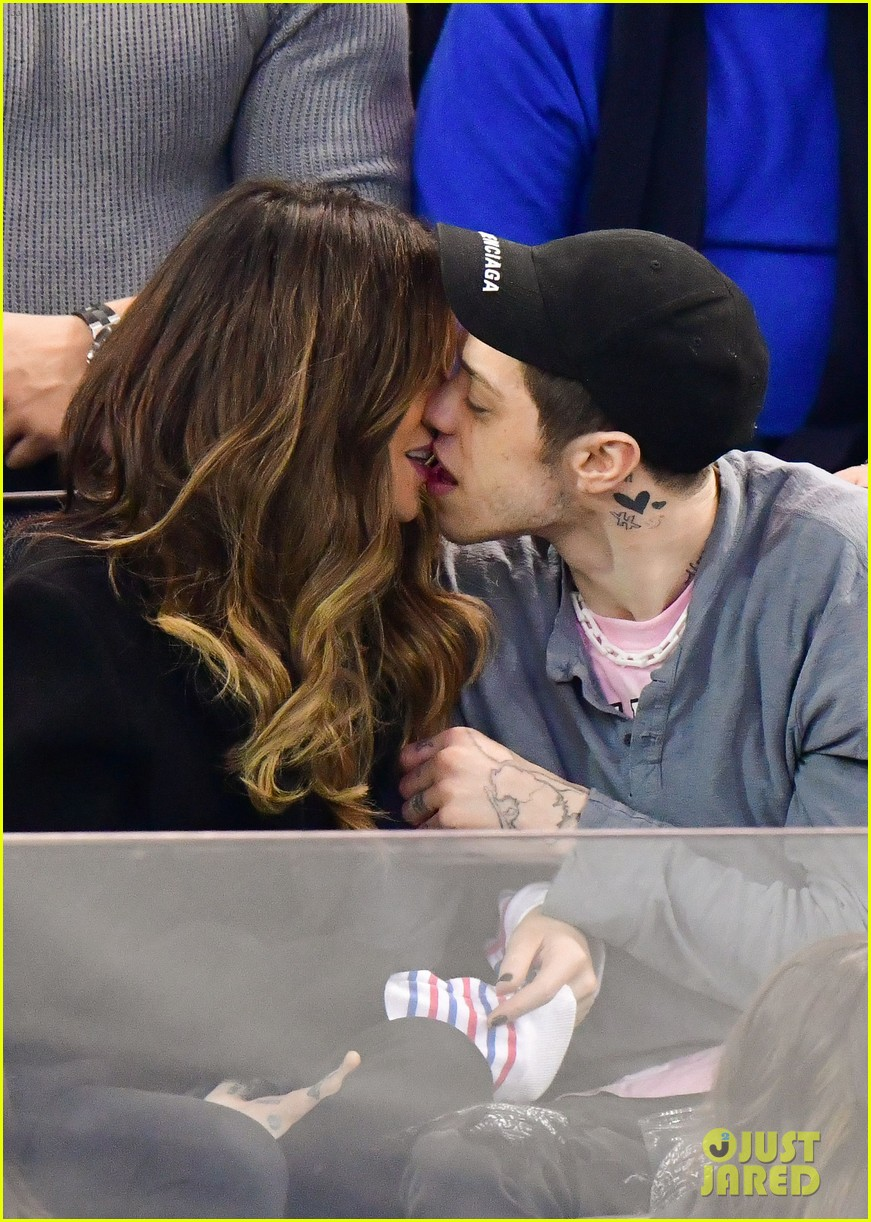 pete davidson kate beckinsale pack on the pda at hockey game 04