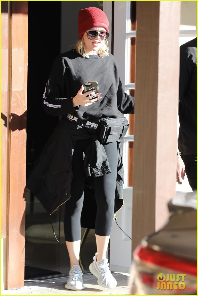 khloe kardashian stops by dermatologist office in calabasas 01