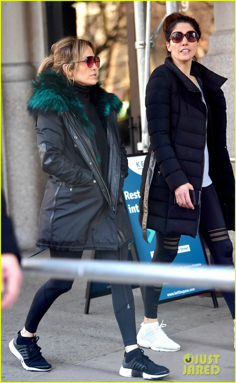 jennifer lopez steps out for early morning with sister lynda 01