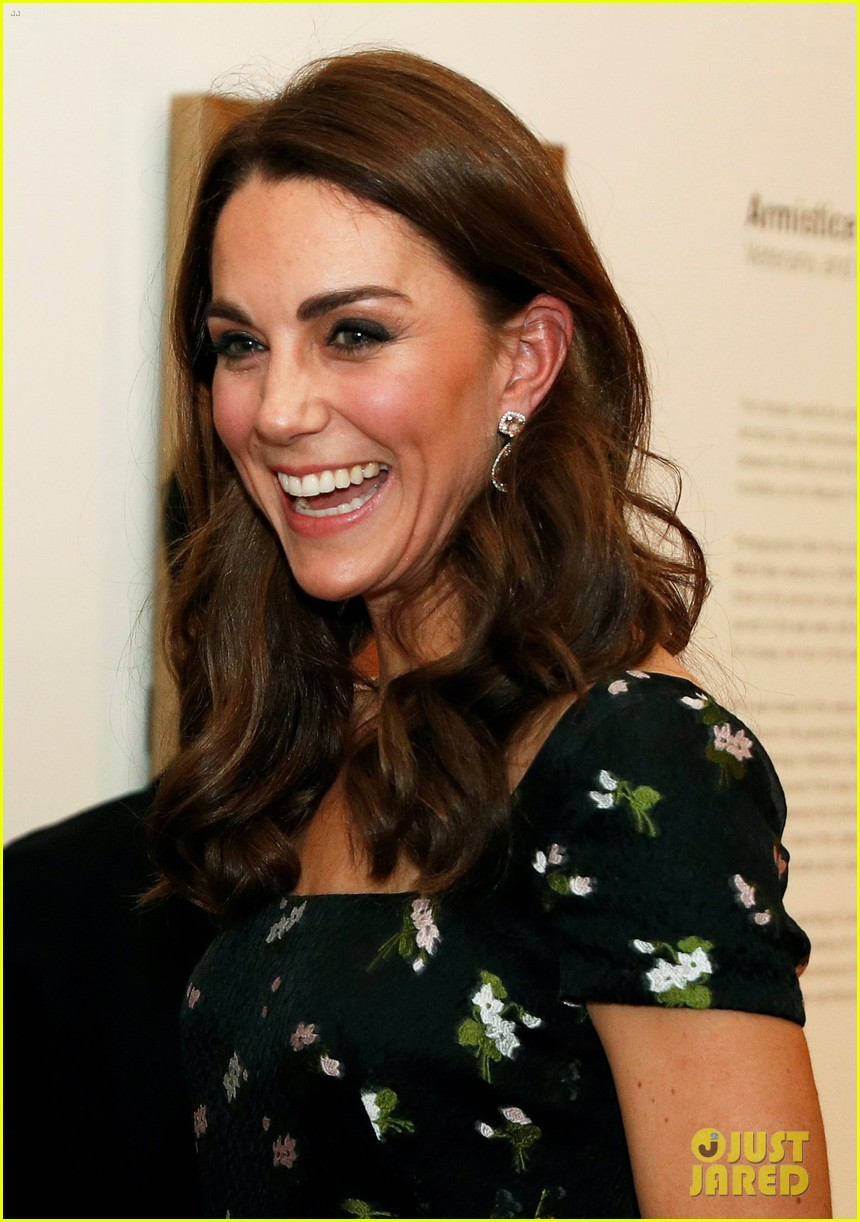 kate middleton glams up for portrait gala in london 064255822
