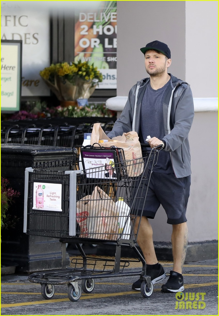 ryan phillippe gets some shopping done in la 05