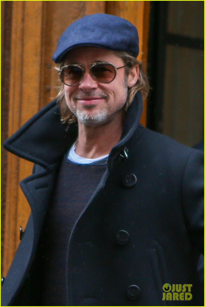 brad pitt waves fans in paris 034256171