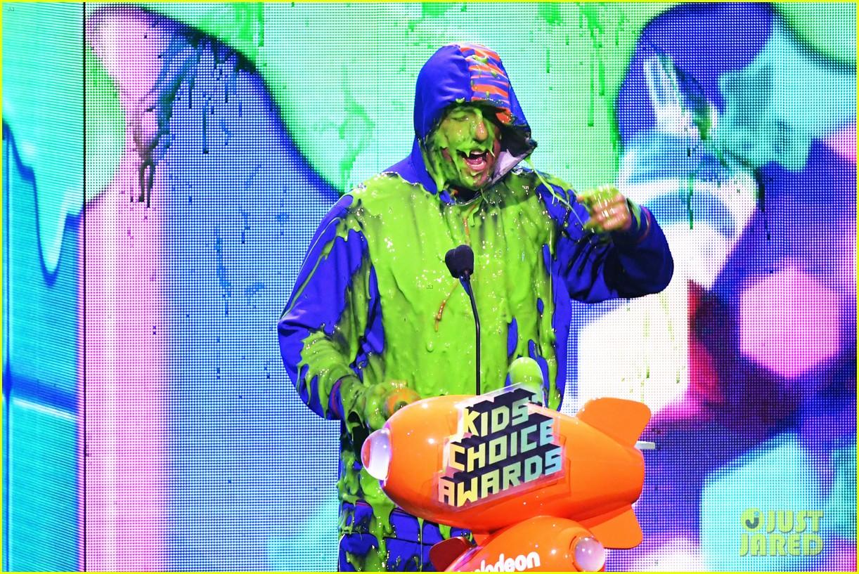adam sandler gets slimed at kids choice awards 03