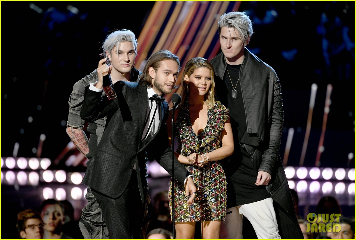 steven tyler presents song of the year iheartradio music awards 02