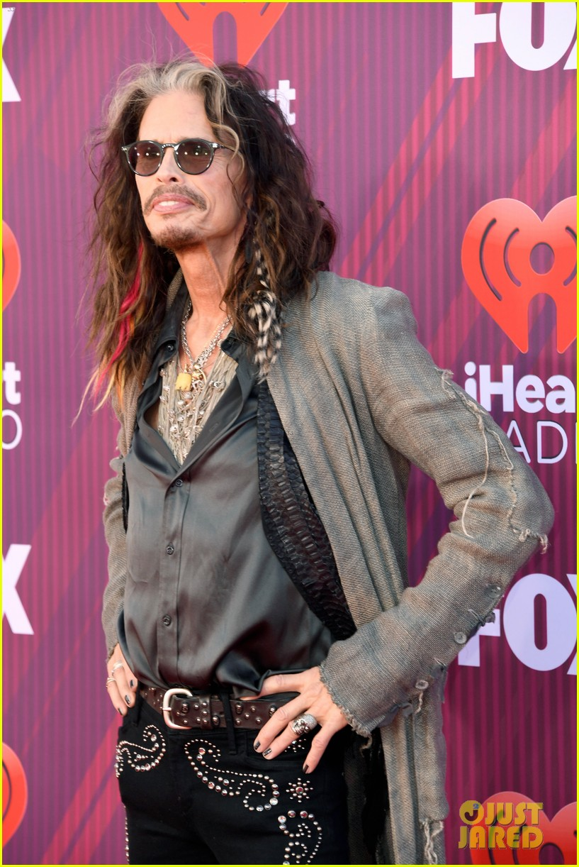 steven tyler presents song of the year iheartradio music awards 08