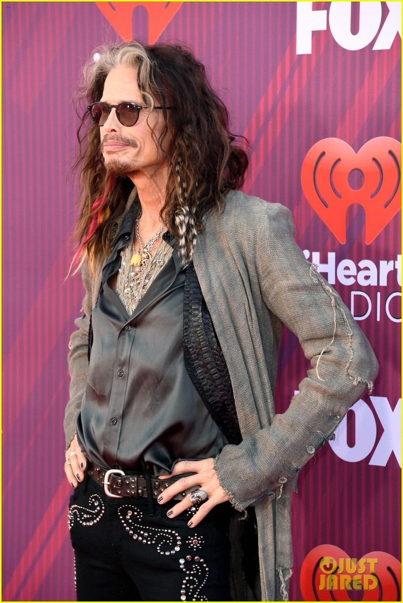 steven tyler presents song of the year iheartradio music awards 09