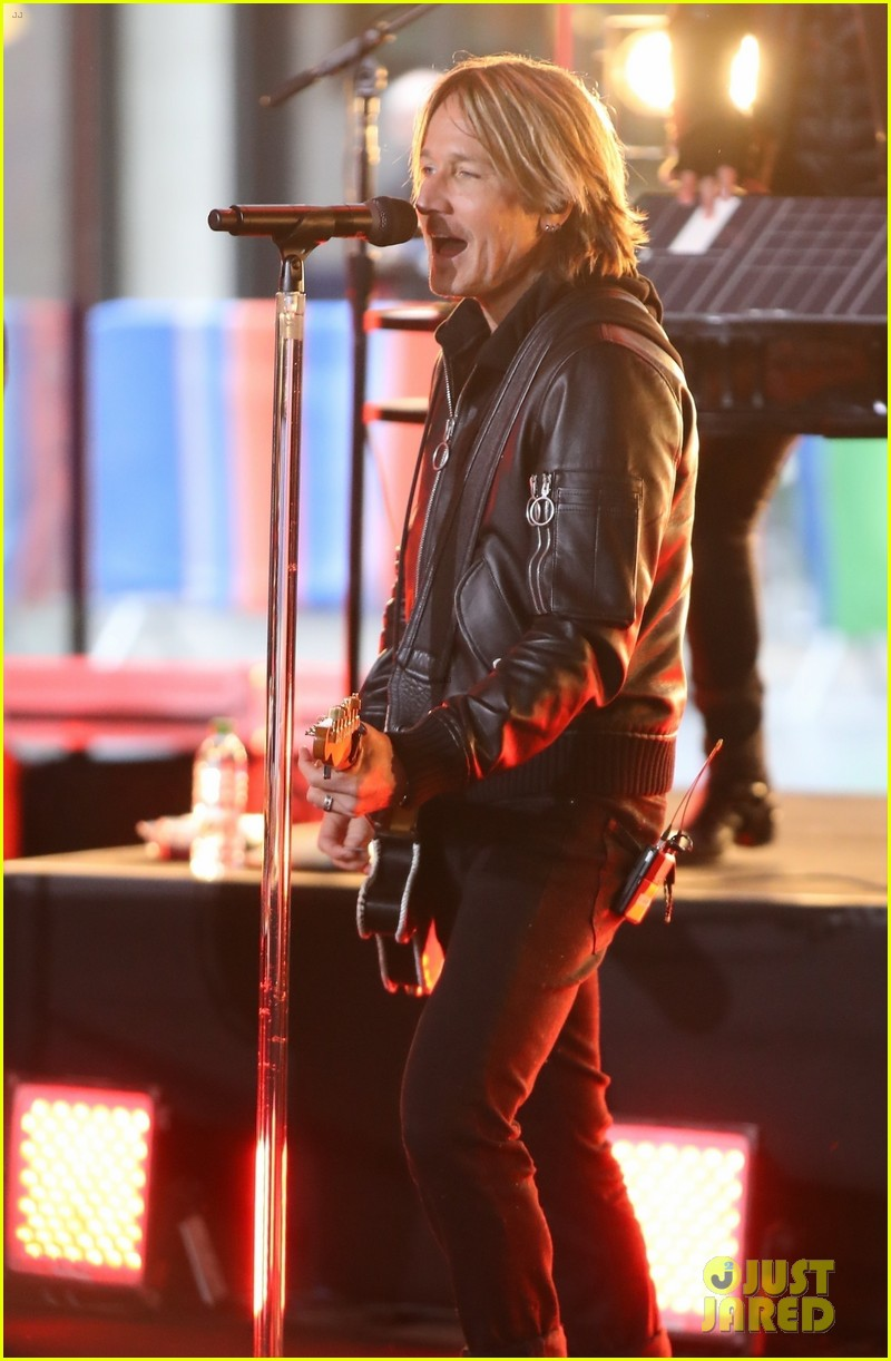 keith urban rocks out on stage in london 014253587
