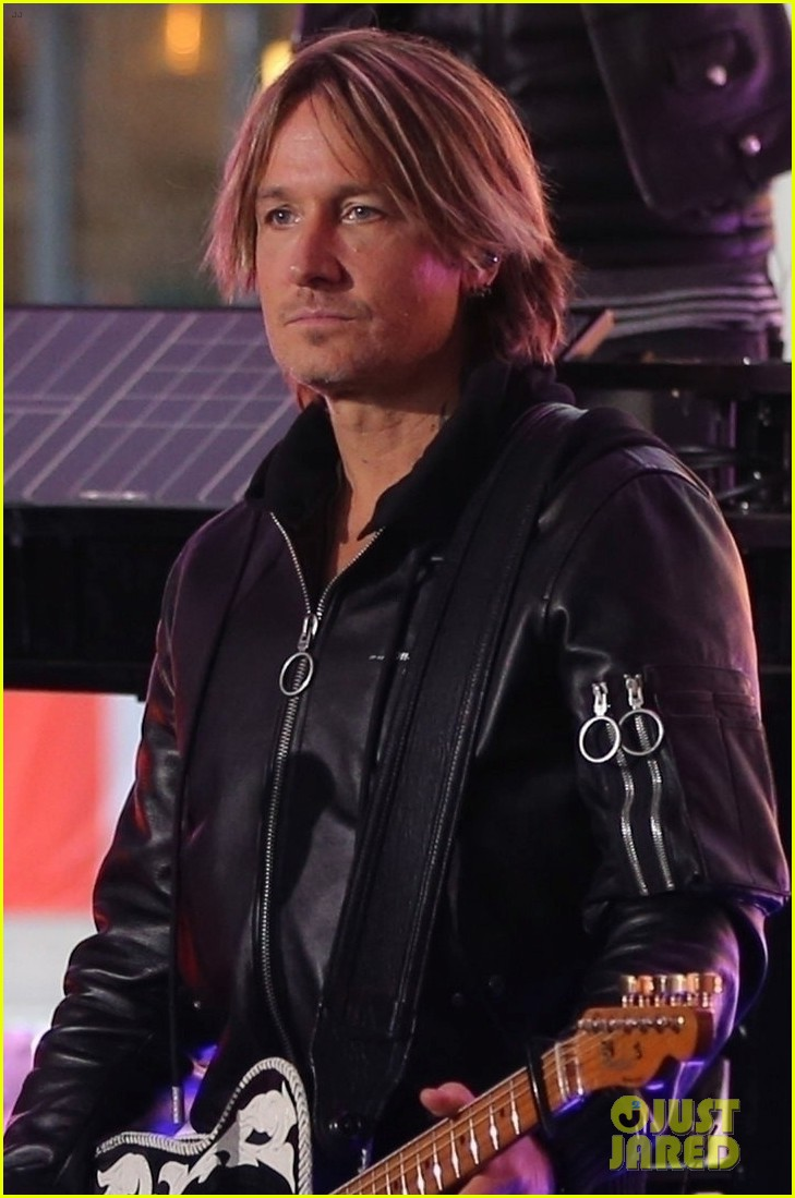 keith urban rocks out on stage in london 024253588