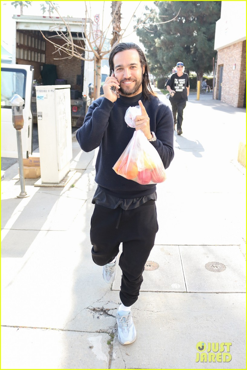 pete wentz picks up some fruit at the farmers market 01
