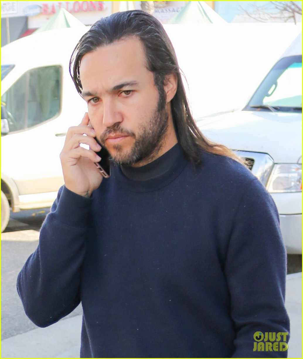 pete wentz picks up some fruit at the farmers market 02