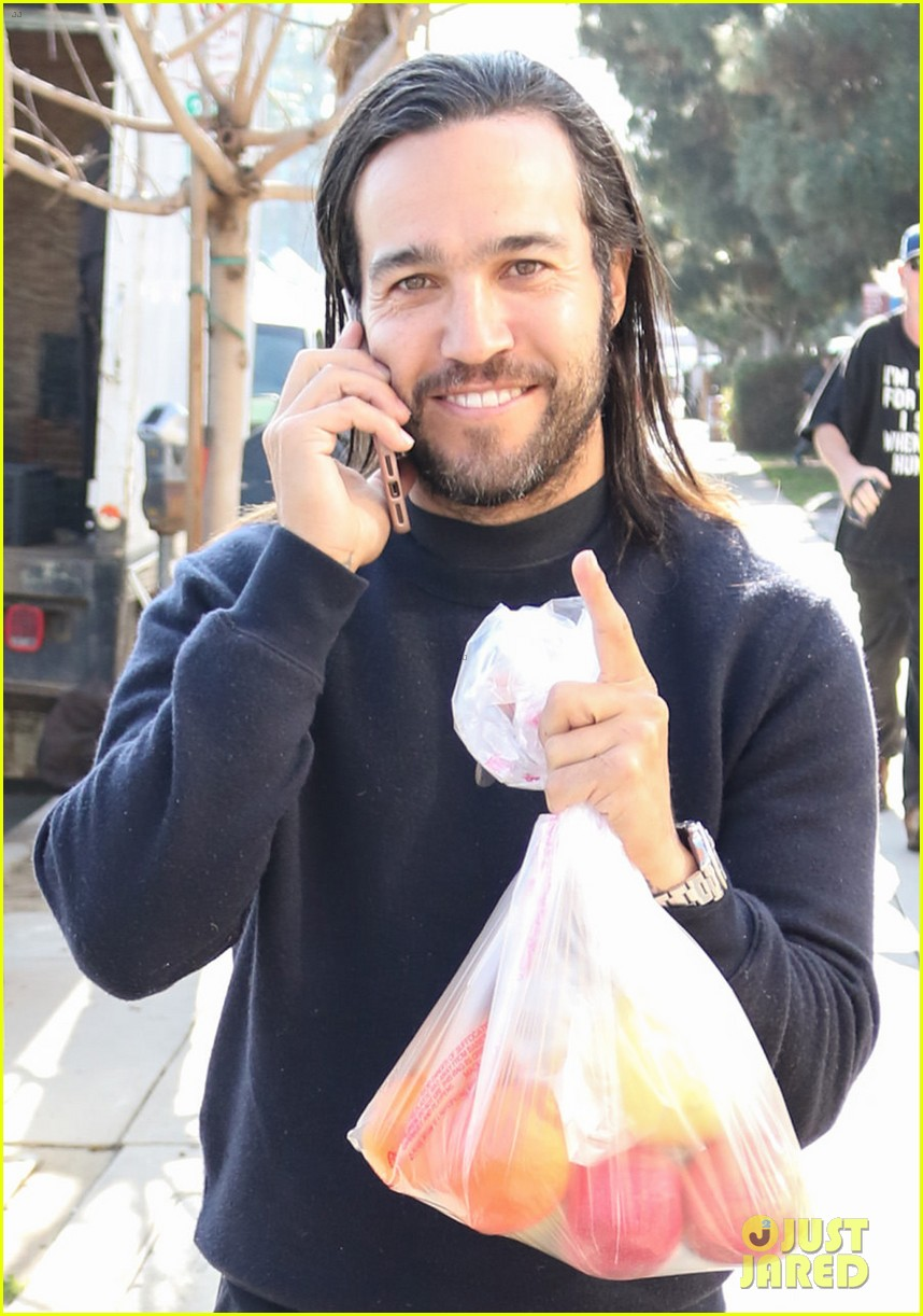 pete wentz picks up some fruit at the farmers market 04