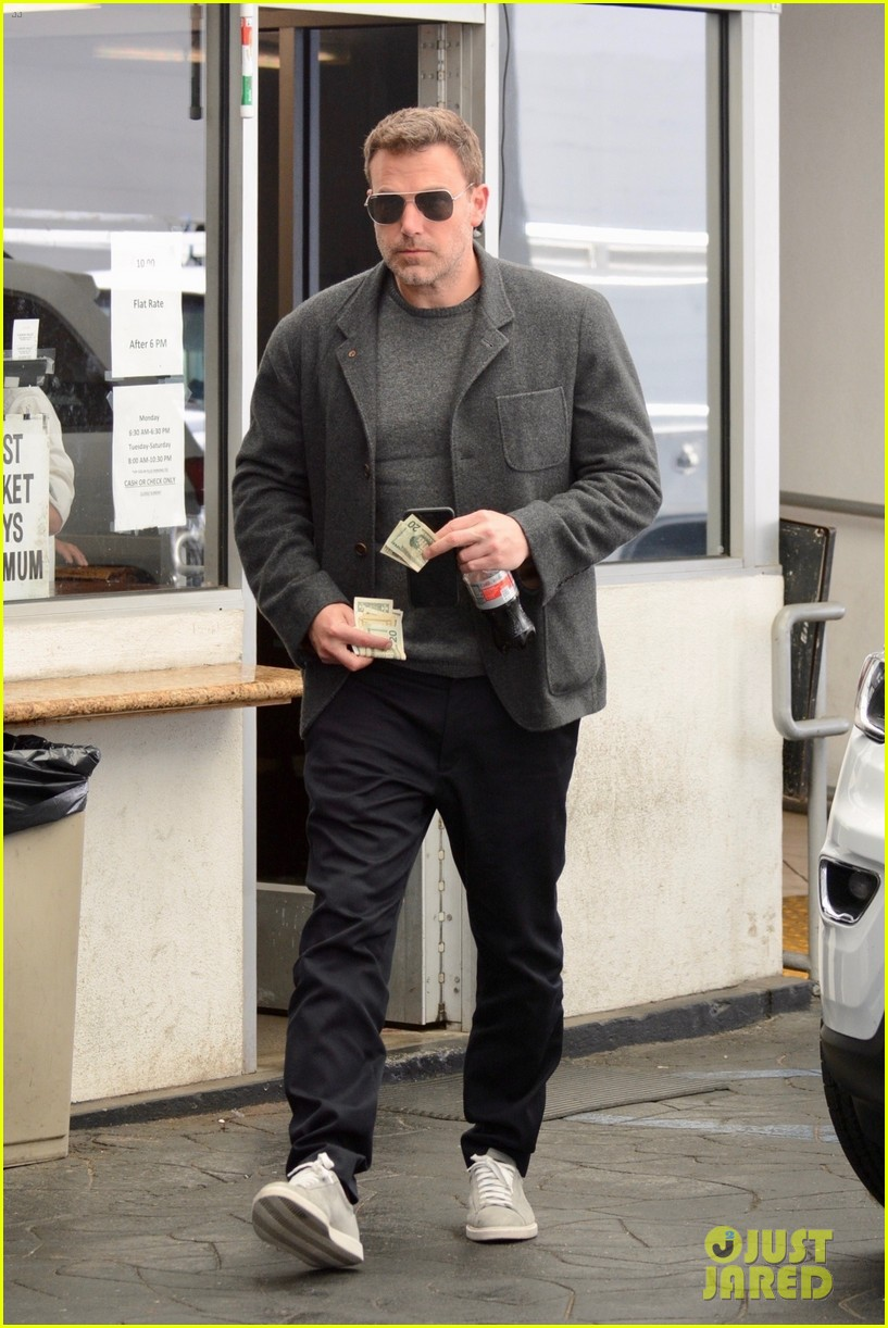ben affleck hits up a spa in beverly hills 03