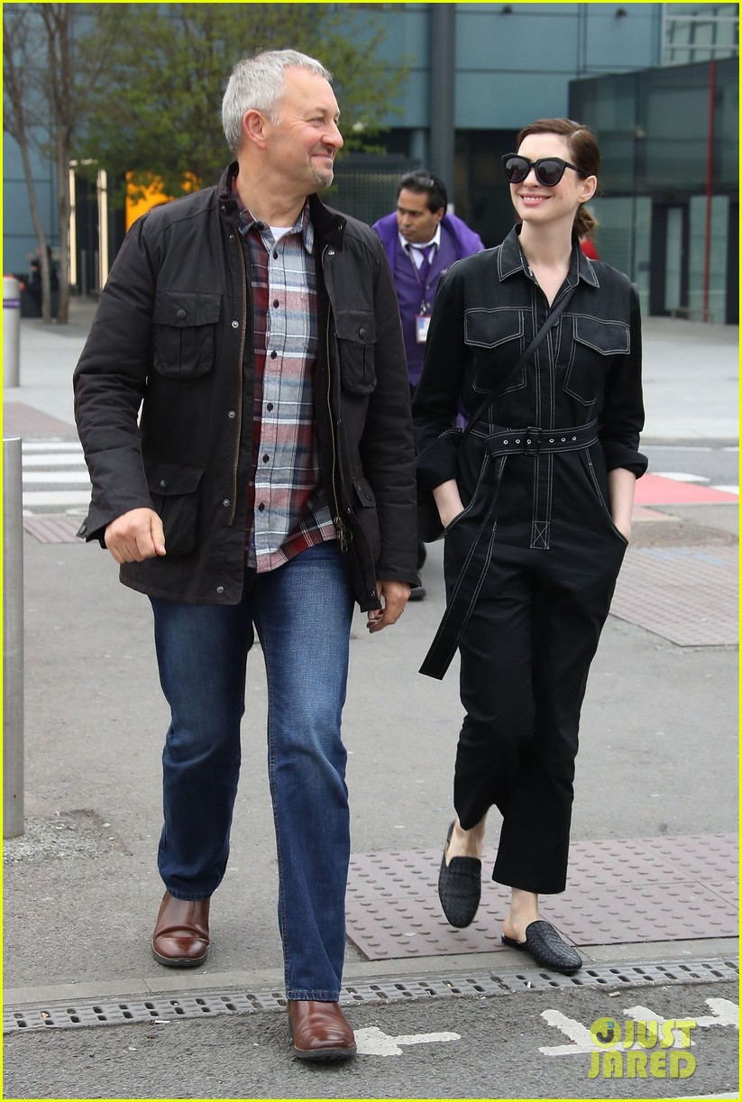 anne hathaway chic arrives in london 044269875