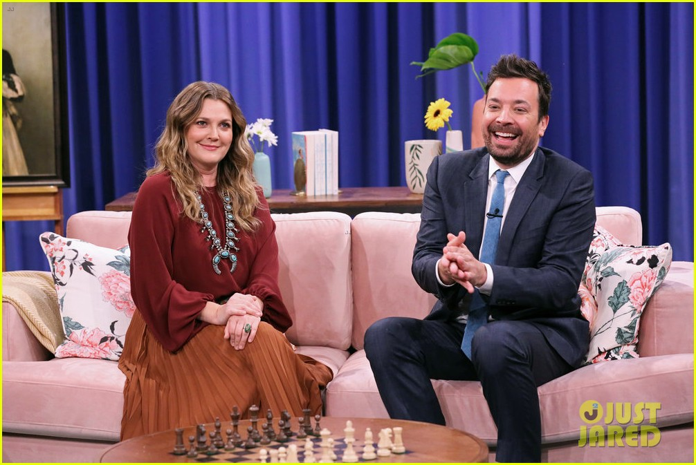 jimmy fallon drew barrymore go undercover for hilarious 30 rock dance party 02