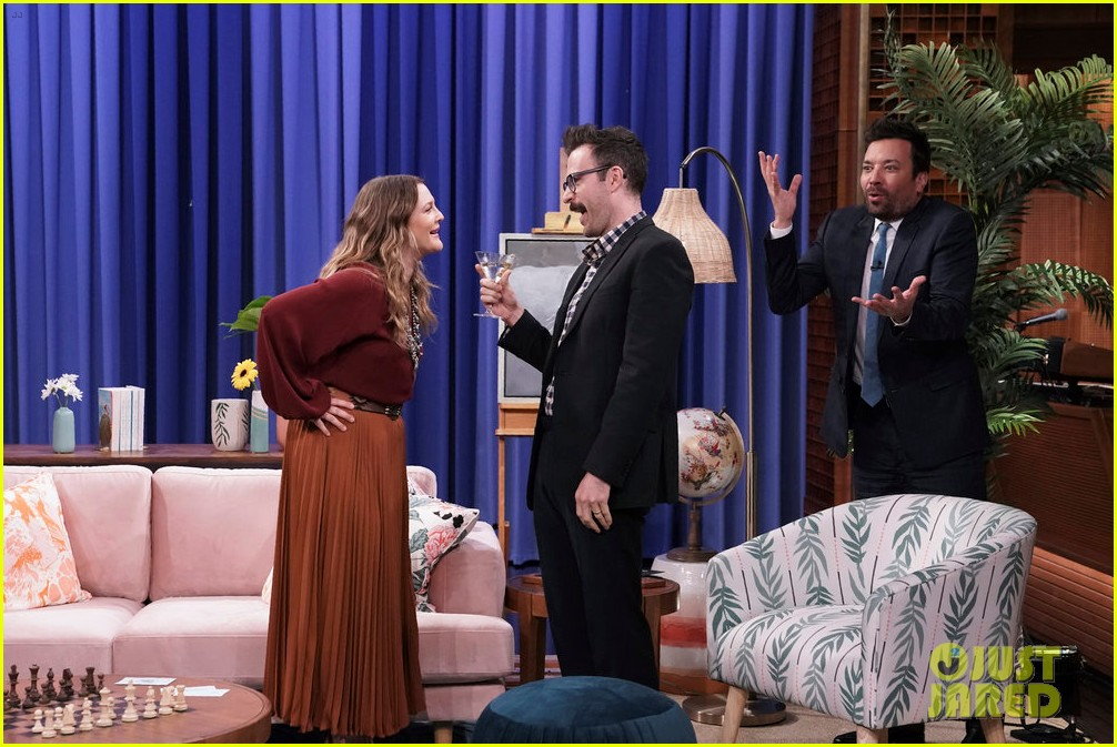 jimmy fallon drew barrymore go undercover for hilarious 30 rock dance party 03