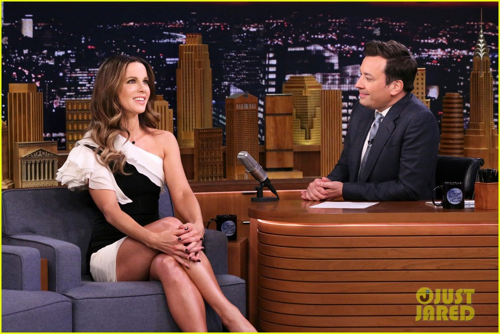 kate beckinsale teaches jimmy fallon how to pull off a convincing fake sneeze  04